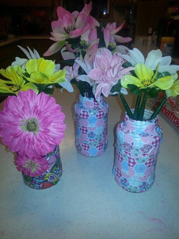 Ever wonder what to do w all of those pasta sauce jars? Cover w decorative duct tape and make some flower pens. Voila!  A quick and inexpensive gift!