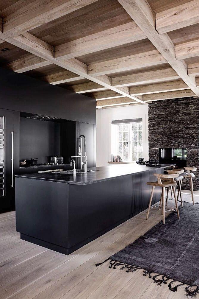Cuisine moderne avec contraste du bois et du noir, îlot central et