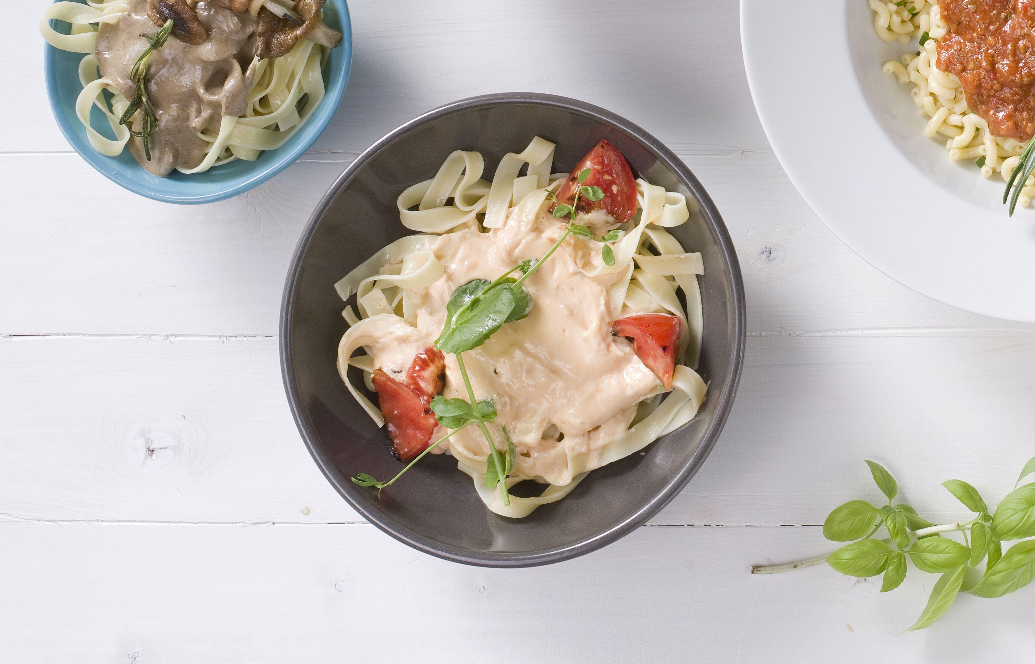 Crema al salmone. Rijke pastasaus met room, witte wijn en gerookte zalm.   #henribv #henri #drunen #foodservice #food
