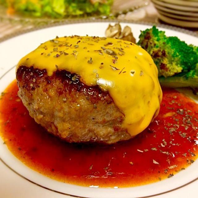 ‥と、かぼちゃの煮付け、冷奴、生ハムとアボカドサラダ、お味噌汁、宮崎県産新米でした  ハンバーグをまんまるに焼くのが楽しい(^^)  2014.10/1 - 151件のもぐもぐ - ⭐︎チェダーチーズハンバーグ by MASa19
