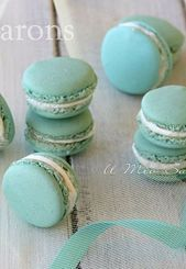 Macarons are very chic and refined French pastries  I macarons sono dei past
