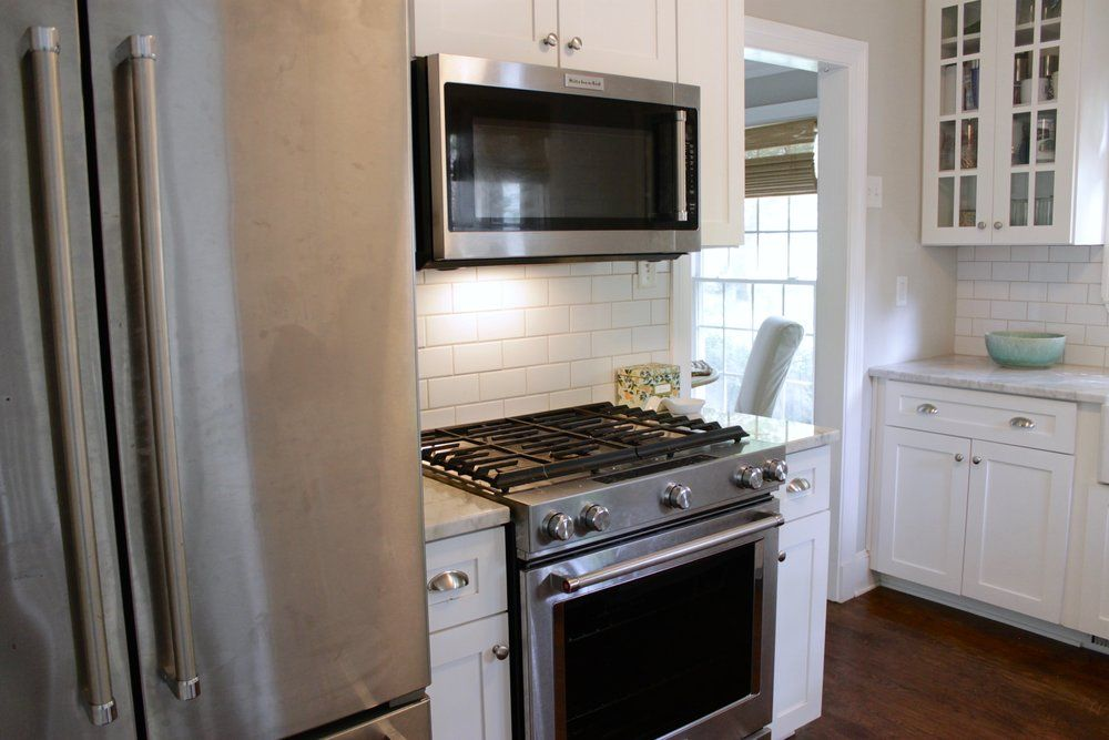 Prime Design Memphis Llc Small White Kitchen Marble Countertops And Subway Tile Backlash Small White Kitchens Design Marble Countertops
