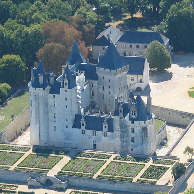 Château de Coudray-Montpensier 37500 Seuilly, construit pour l'essentiel au début du 15°s, ce château se niche discrétement au milieu des autres merveilles architecturales du val de Loire. Situé au coeur du pays de Rabelais, il est entouré de vastes et beaux jardins à la française.
