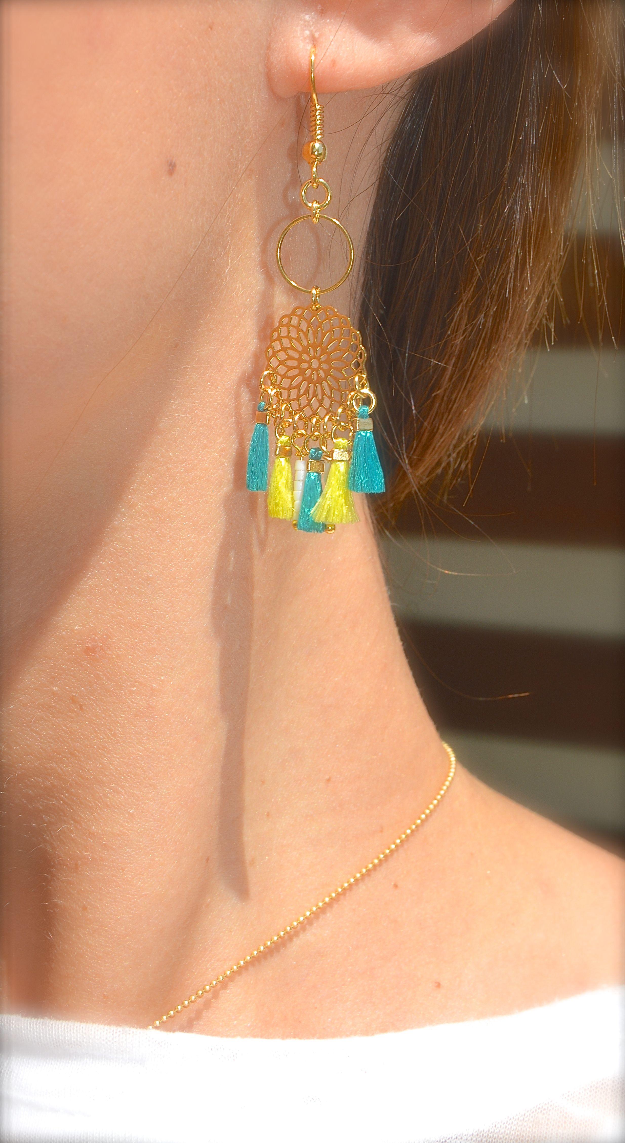 Boucles d'oreille rosace doré, petits pompons vert jade et vert lime Créateur -Bijoux ENORA-
