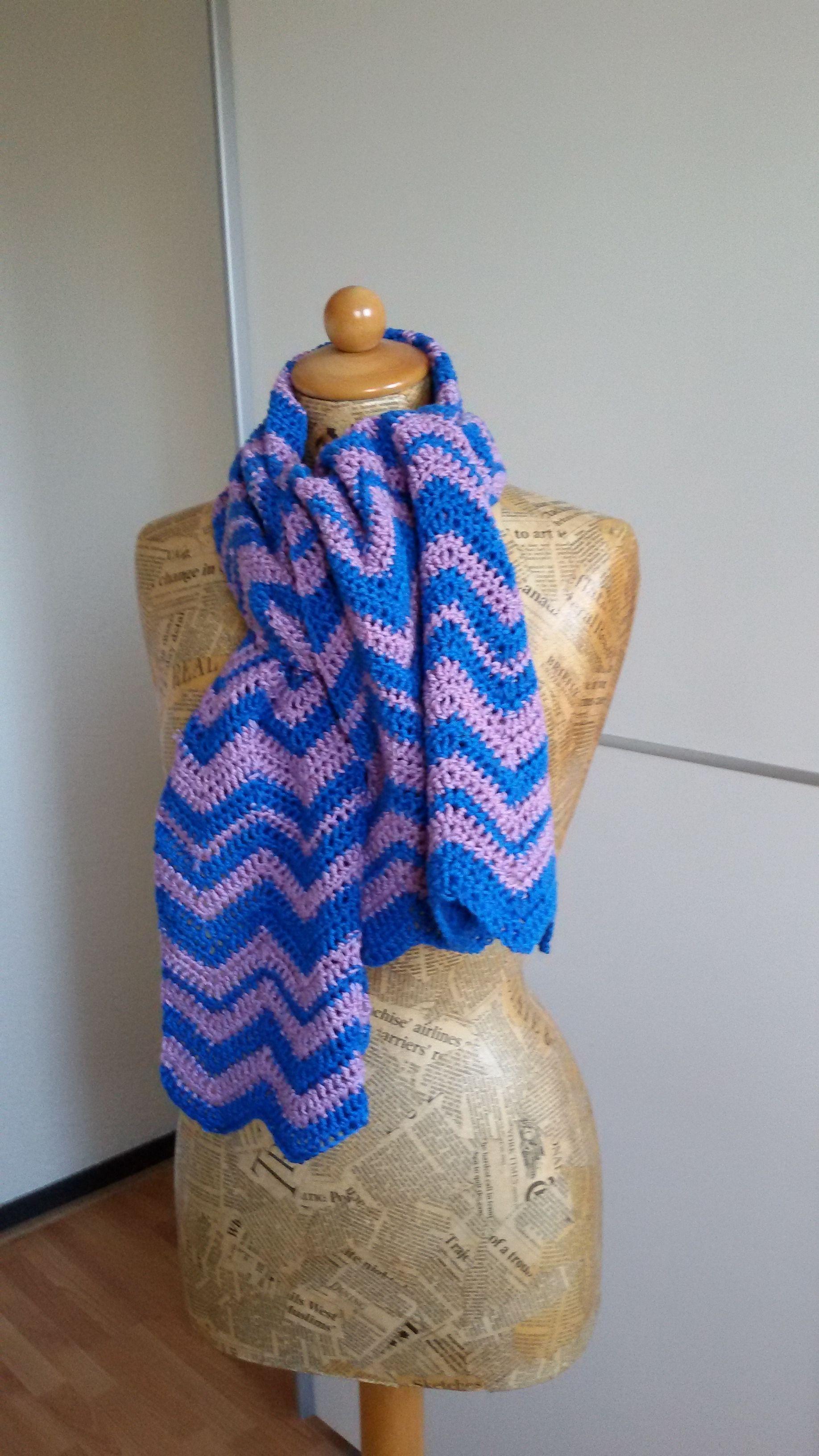 Blauw lila sjaal gemaakt in zigzag steek.