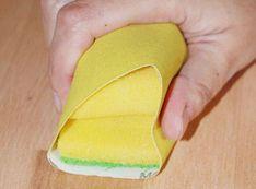 Super Trick: Einen Spülschwamm kann man auch als Schleifklotz benutzen. Einfach das Sandpapier um den Spülschwamm wickeln und schon ist der selbst gemachte Schleifstein fertig.