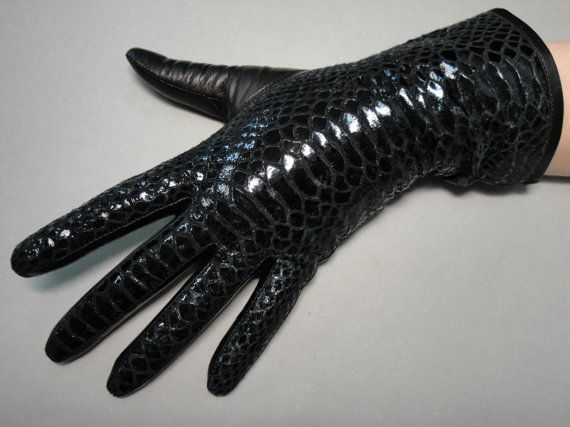 These stylish and sophisticated black gloves are made with Pittards (England) high quality genuine lambskin leather. Using innovative technology,