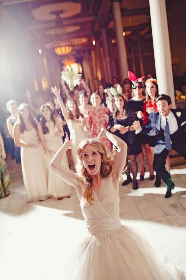 A Wedding Tradition The Bouquet Toss Wedding Day Photo Ideas