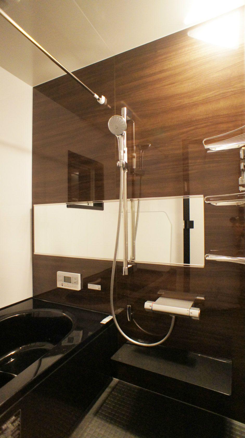 Lixilのバス 黒の浴槽にすることで 全体が引き締まり かっこいい印象に 鏡は横にすることで 奥行きが出て お風呂が広く感じます お風呂もくつろぐ場所になるといいですね 注文住宅 マイホーム 新築 インテリア 住宅 家 建築 家づくり マイホーム計画