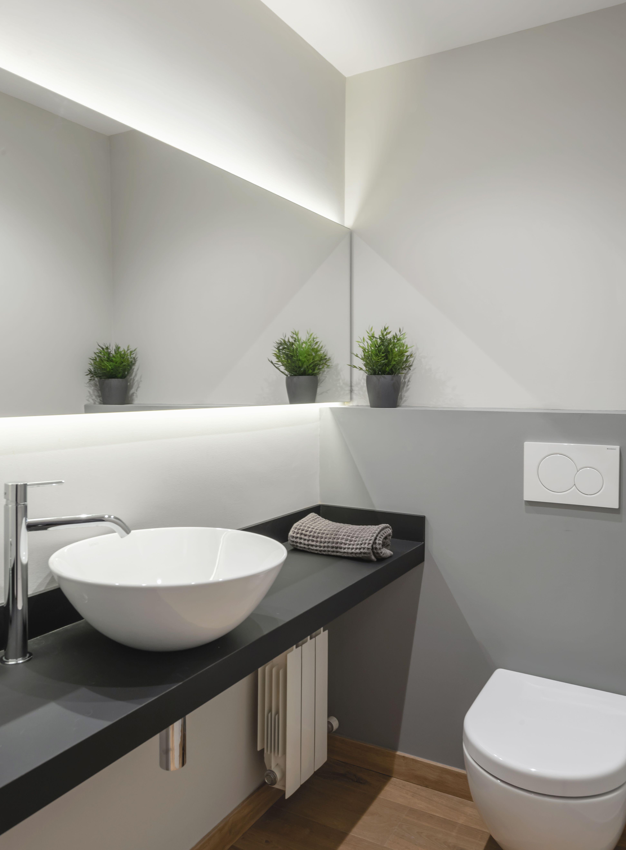Ba o en tono de grises espejo con luz indirecta inodoro - Inodoro y lavabo en uno ...