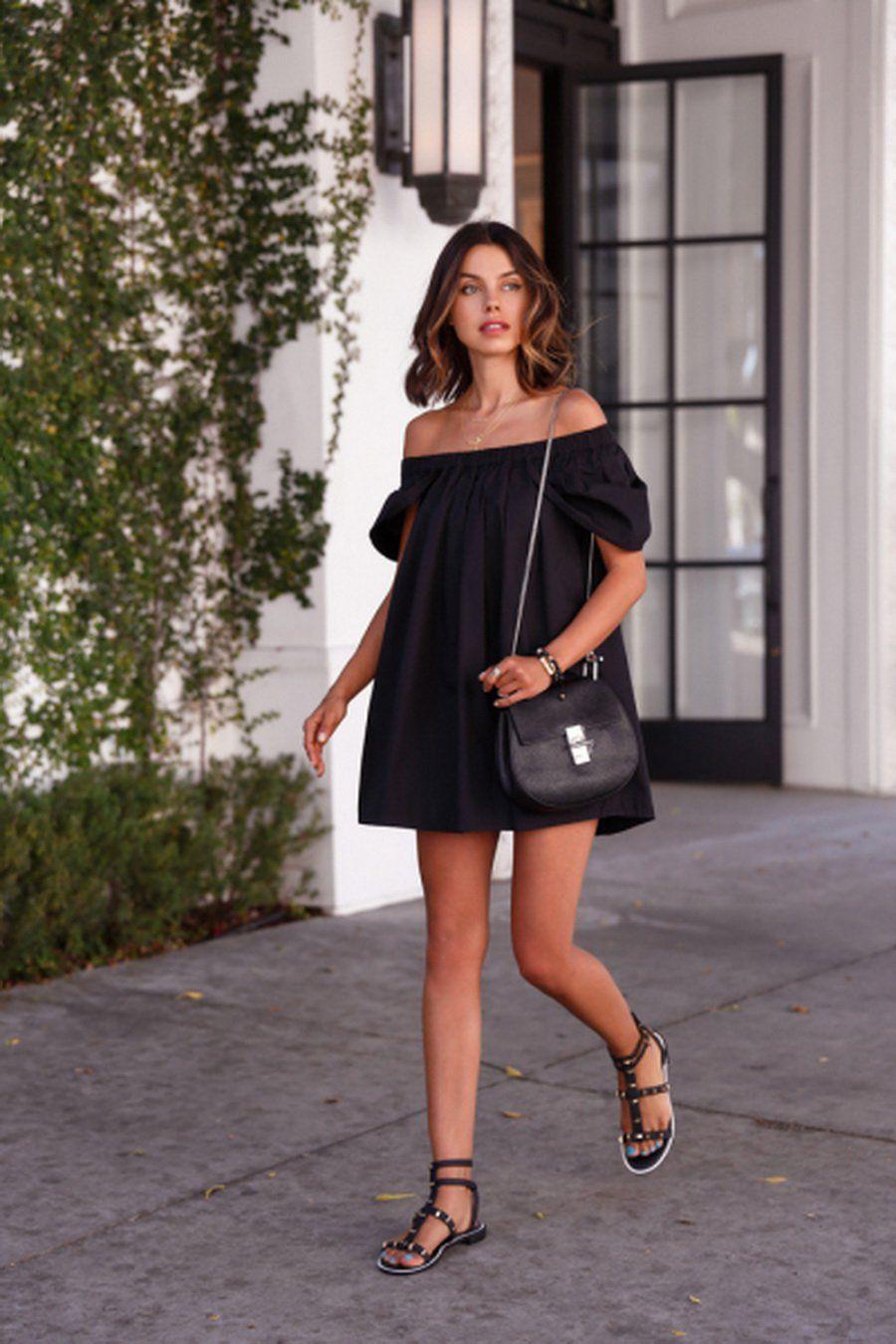 Vestido negro con sandalias