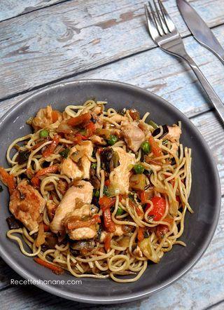 Nouilles Au Poulet Et Aux Legumes Sautes A L Asiatique Recettes Hanane Nouilles Au Poulet Nouilles Aux Legumes Recette Asiatique