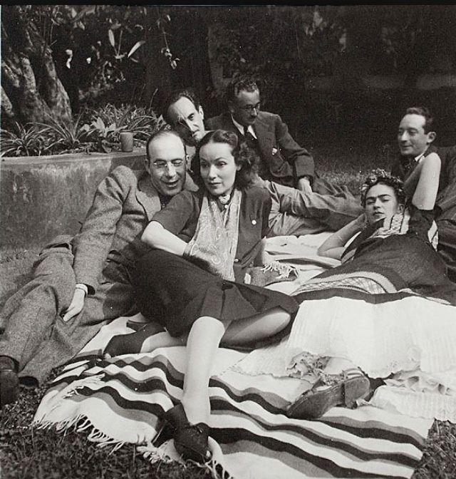 Rodolfo Usigli, Dolores del Río, Frida Kahlo, Adolfo Best Maugard , Xavier Villaurrutia, Felipe Mier  ( Photo by Nickolas Muray )