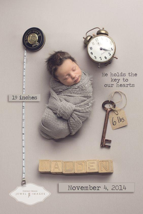 Das ist eine zuckersüße Fotoidee für ein Newbornshooting, Babyshooting. Das Neugeborene einfach mit ein paar Accessoires auf eine neutrale Unterlage legen und mit den wichtigsten Daten, wie Gewicht und Größe bei der Geburt beschriften. Das Baby Foto eignet sich auch als Dankeskarte, Geschenkkarte.   © Girlystan