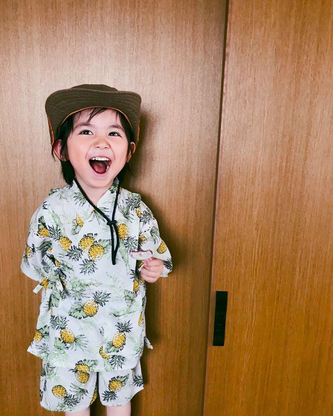 ManaはInstagramを利用しています:「. 明日から夏休み🌈💛🧡 息子にとっては初めての夏休み🤙😙 ちゃんと理解しているかはハテナな上に、幼稚園が大好きなのでしばらく行かれないのは寂しいと思いますが、、、楽しく夏を過ごせたら嬉しいですね😎 今年の甚平は @branshes さんのパイナップル柄です👘🍍🌿」