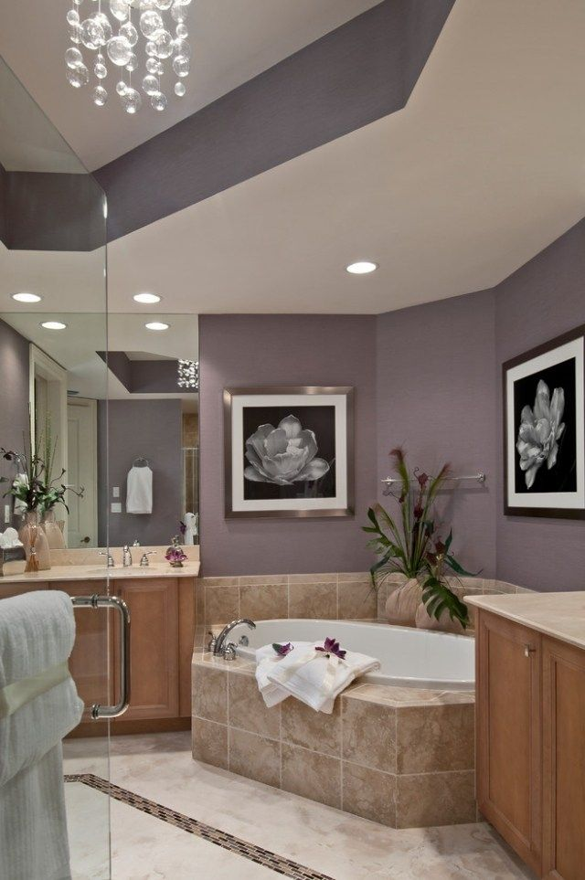 Modernes Bad Eckbadewanne Beige Fliesen Lavendel Wandfarbe