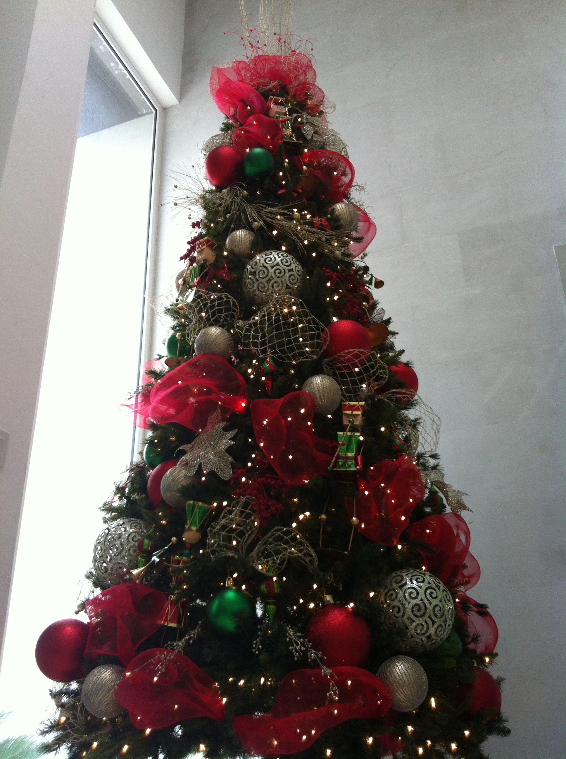 Pino decorado en colores rojo verde y dorado - Arboles de navidad decorados 2013 ...