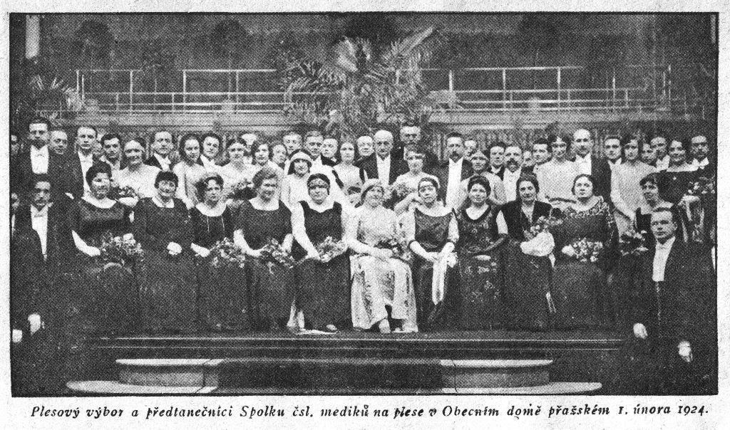 Plesový výbor a předtanečníci Spolku čsl. mediků na plese v Obecním domě přažském 1. února 1924.