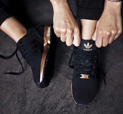 zapatillas adidas negras y doradas