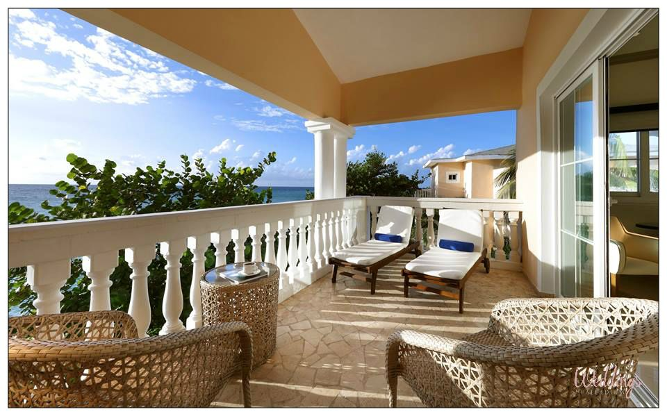 Located at the Grand Palladium Lady Hamilton, these rooms are for adults only and have amazing views of the sea, a private entrance for maximum privacy, a double Jacuzzi and a terrace with hammocks #Jamaica #Honeymoon #DestinationWedding