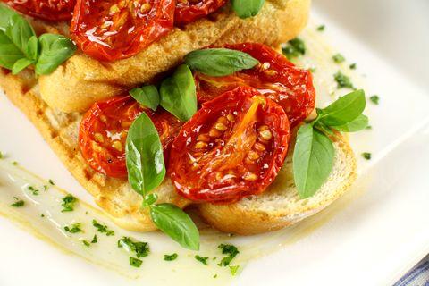 Suroviny na Pečené paradajky: 1,5 kg oválnych paradajok, 2 lyžice olivového…