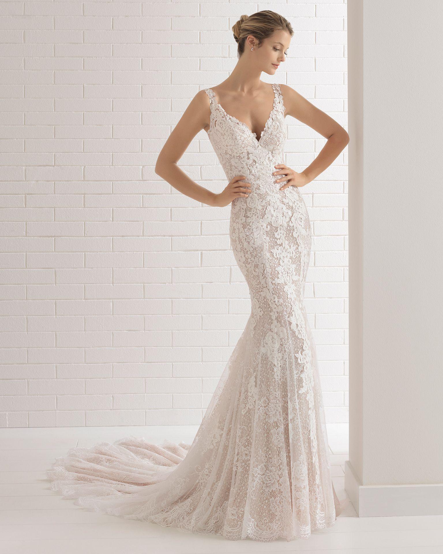 fb0cd177a3 Vestido de novia estilo romántico en encaje con escote V y espalda con  efecto tattoo con encaje en color nude y en natural.