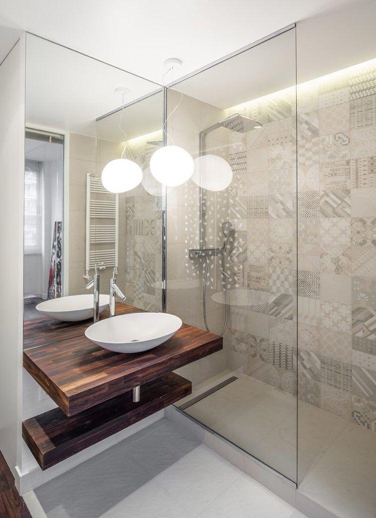 Led Licht Spiegel und Glas im kleinen Bad mit Dusche