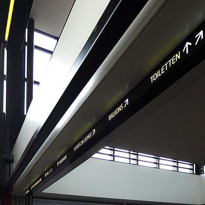 Design L5 communicatie + design voor Flint Theater. De bewegwijzering is op maat ontworpen en hangt op strategische plekken in het gebouw