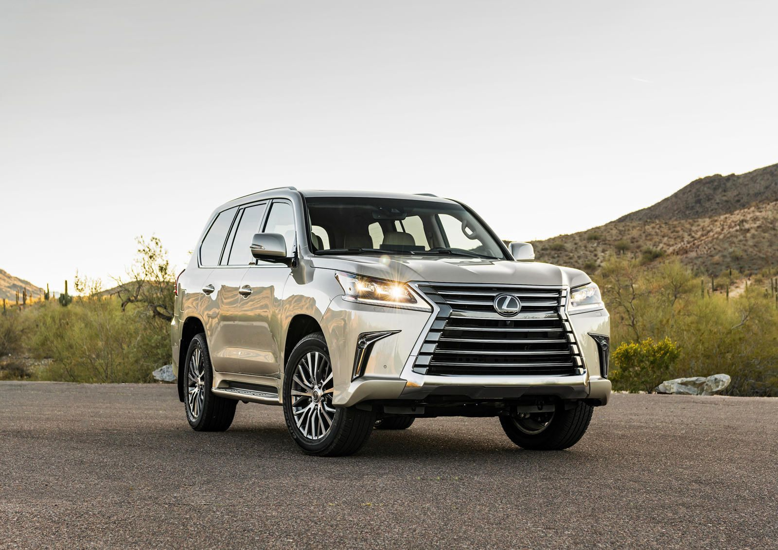 2020 Lexus Lx 570 Makes Toyota Land Cruiser Look Bland If The Lexus Lx 570 Isn T Striking Enough For You Check Out The New Sport Package Trong 2021 Xe Hơi