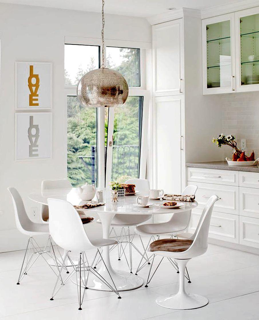 9d06e621082 Um ambiente claro e aconchegante pode ser o cenário perfeito. . . Produtos  similares  - Mesa Saarinen Redonda Branco Laqueado  - Conjunto com ...