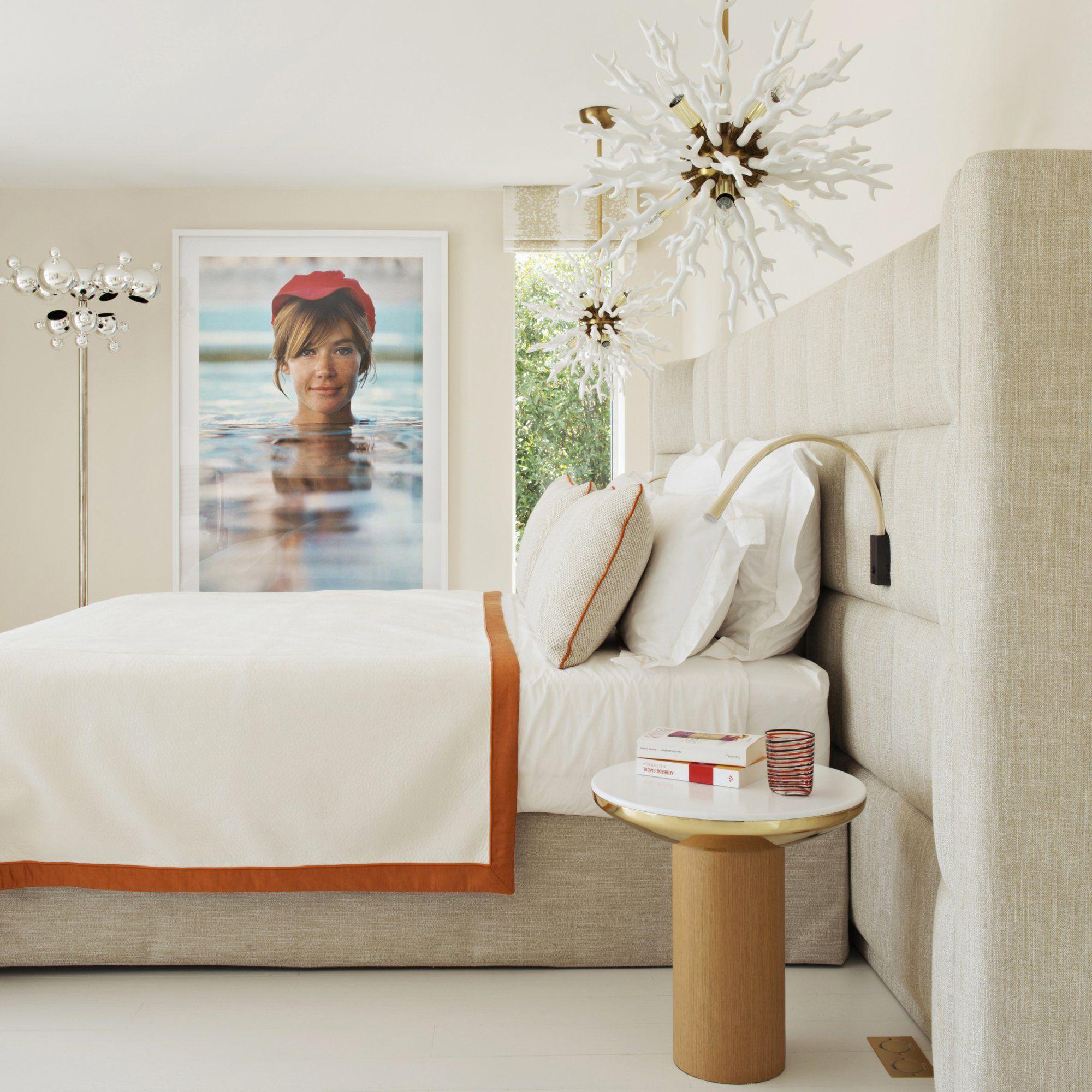 Une chambre aux couleurs douces avec une tête de lit en lin