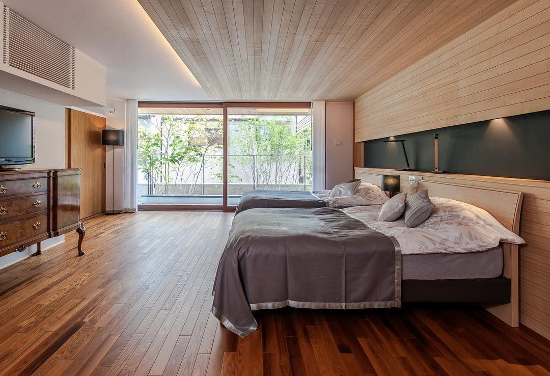 開放感を秘めた家 床 壁 天井の真っ直ぐな板張りが 整った安心感と