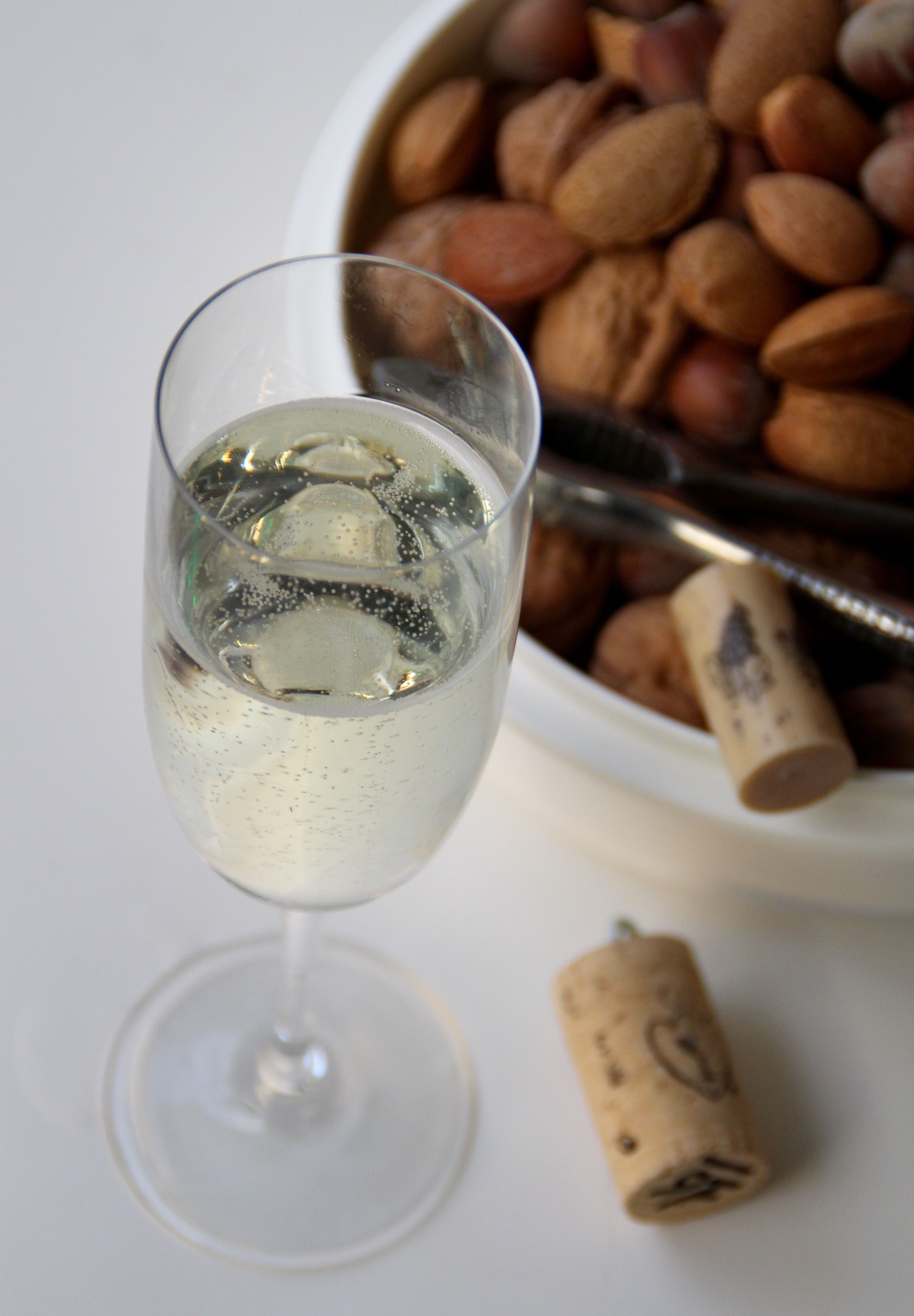 Stasera si beve il vino con le bollicine di produzione Italiana . .A mezzanotte il brindisi lo facciamo a casa .Tutto accompagnato con la frutta secca.Le lenticchie le mangio a cena , perché a mez...