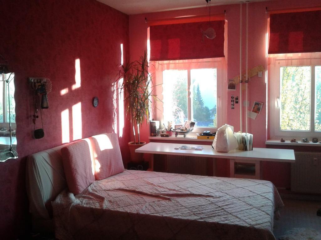 schlafzimmer bett boho schwarzewand altbau