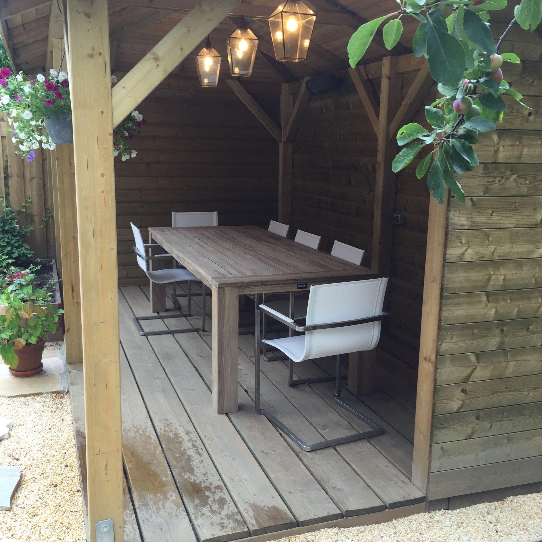 Stoere Houten Tuinstoelen.Een Stoere Houten Tuintafel Met Moderne Tuinstoelen In De Kleur Wit