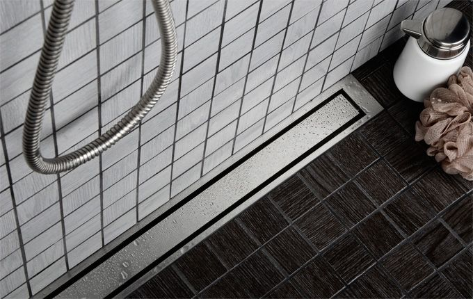 Badeværelse - bruseområde med linjeafløb med rist og ramme i massivt rustfri stål. unidrain®: HighLine #bathroom #badeværelse #design #nordic #scandinavian #inspirational #drain #interior #unidrain