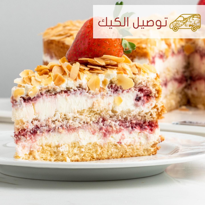 كيك الفراولة طبقات من الكيك الإسفنجي الطري والمحشو بالكريمة الغنية ومرميليد الفراولة Strawberry Cake Fluffy Sponge Cake Layered With Food Desserts Cake