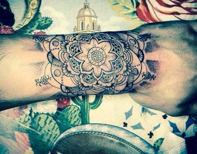 Zayn Malik Hand Tattoo Mandala Flower Arabic Tatuaje De La Mano Tatuajes Tatuajes De Zayn Malik