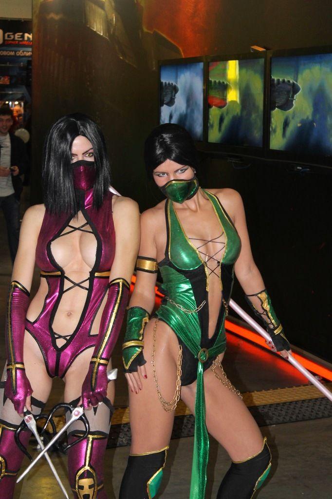 Sexy Naked Mortal Kombat Cosplayers Kissing