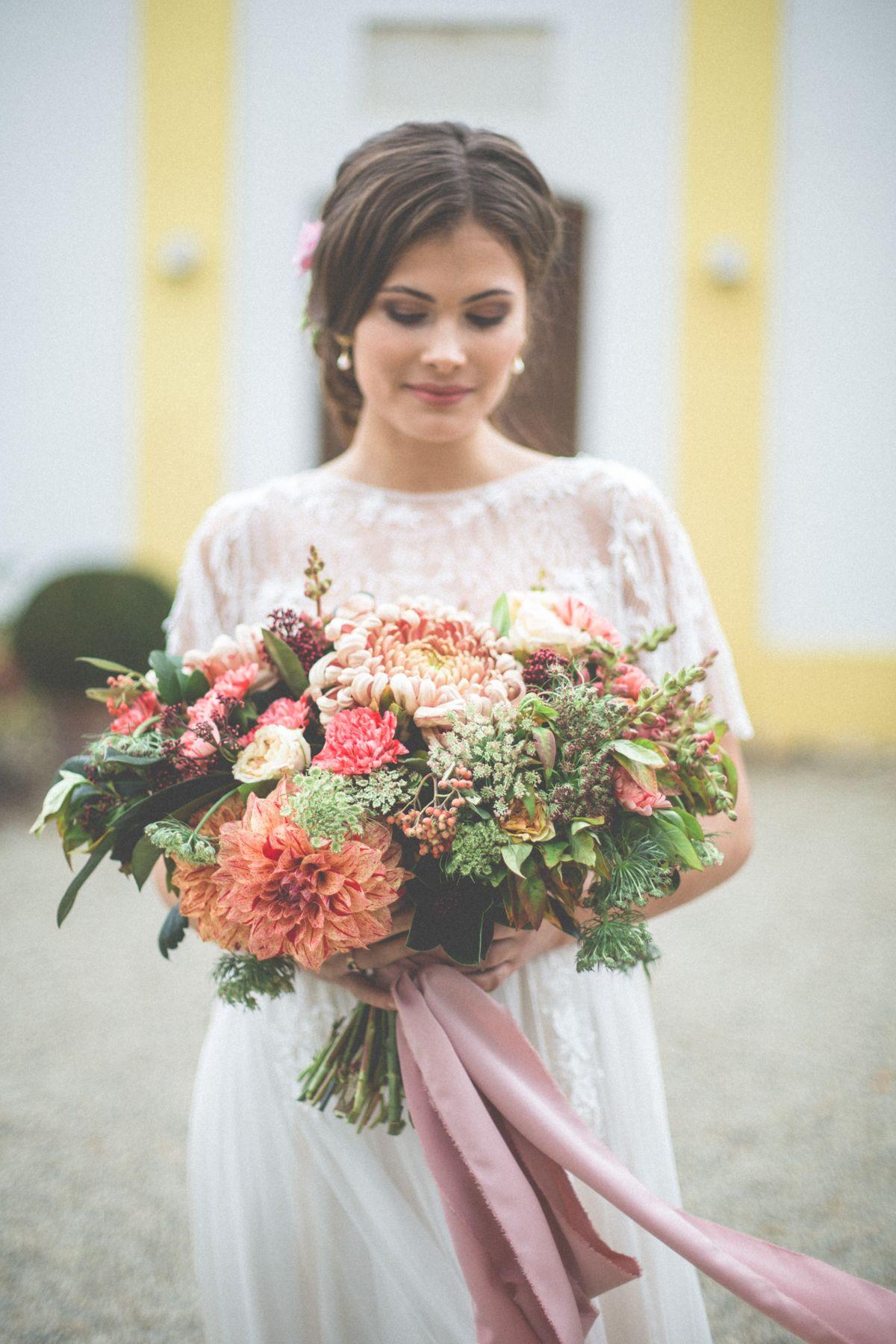 Herbsthochzeit Auf Dem Land Brautstrauss Und Hochzeit Blumendeko