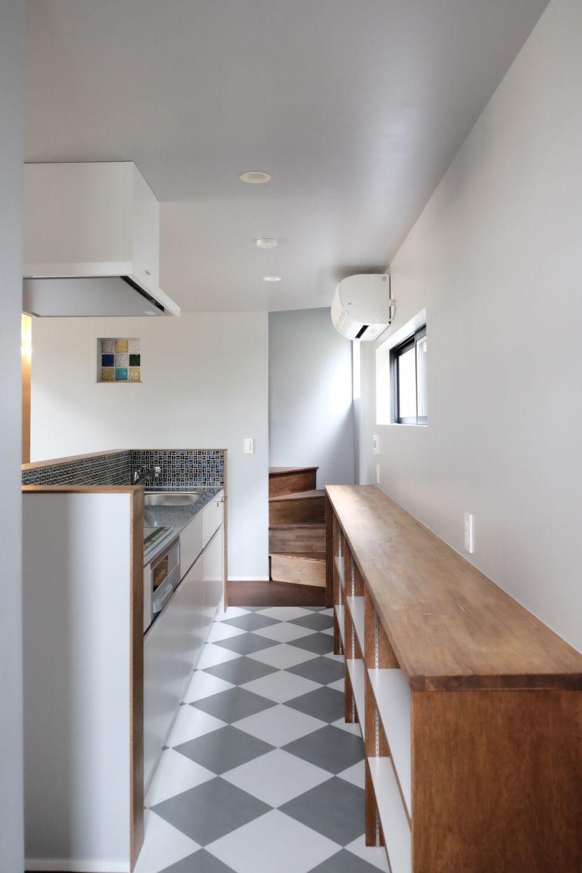 pタイルの床で仕上げたキッチン 今治の家 色と素材が結びつくパッチ