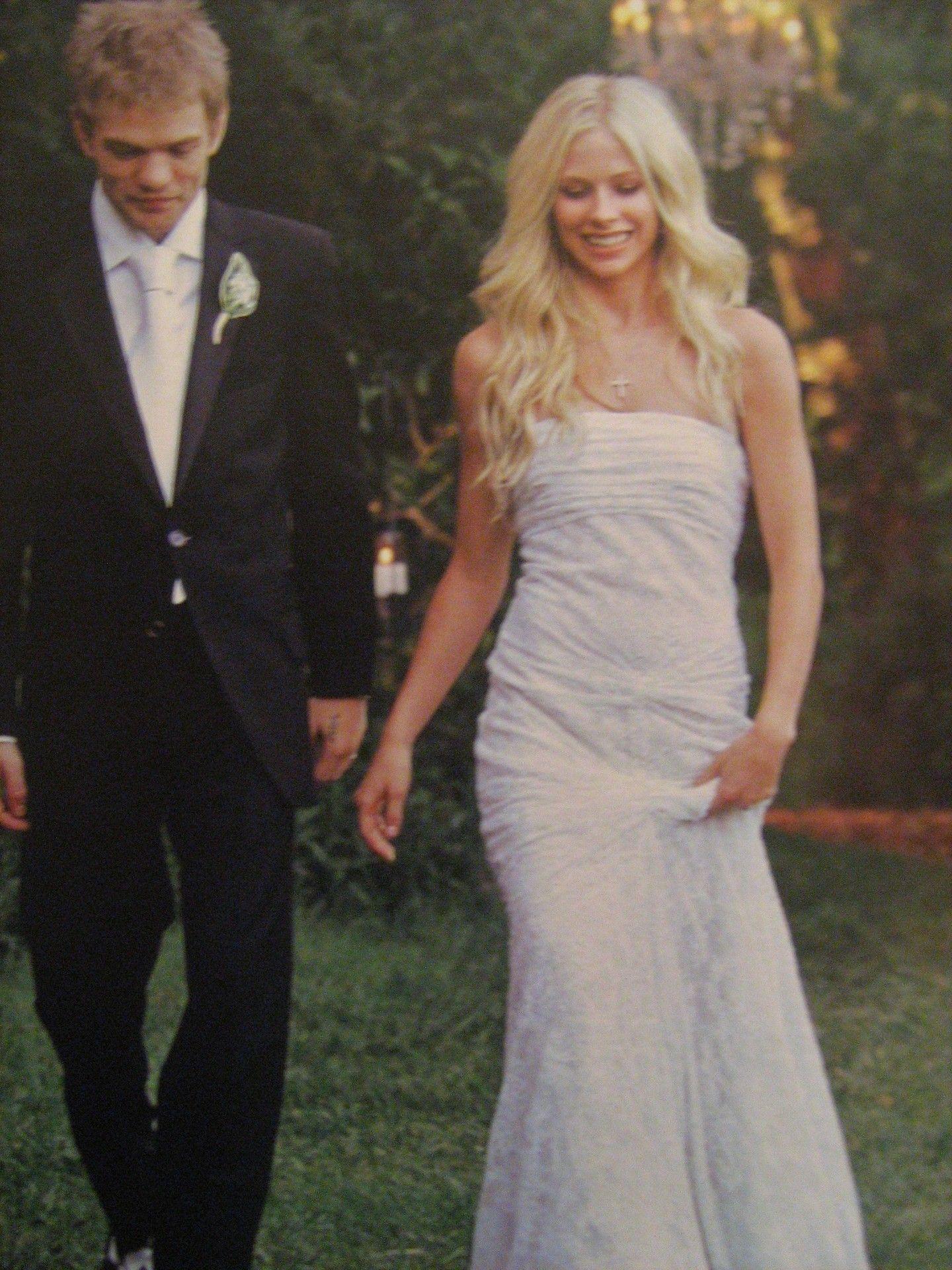 e0fba0a5de332 Avril Lavigne and Deryck Whibley's wedding (2006) Vera Wang Wedding Dress  Lace, Deryck. Read it