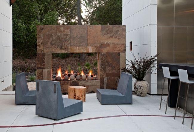 gestaltungsideen terrassen modern außenkamin baumstamm beistelltisch ...