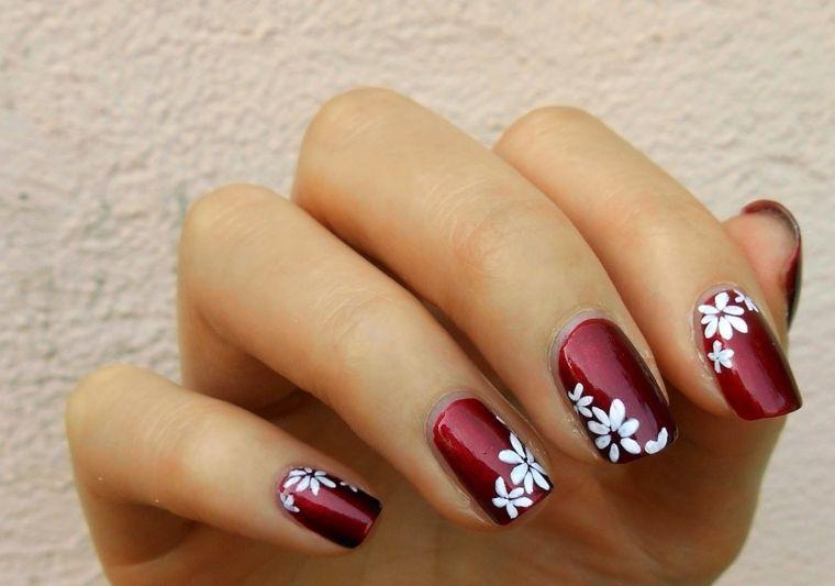 unghia rosse, una proposta di manicure delicata e romantica grazie a dei  fiori bianchi