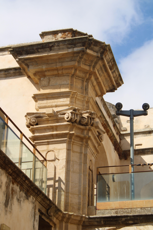 iglesia inacabada del Hospital de la Divina Providencia, en El Puerto de Santa María detalles de las columnas y capiteles del templo