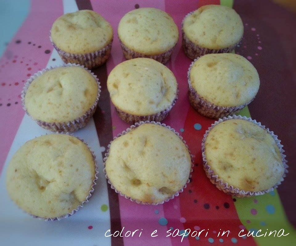 muffin alle mele260 g di farina 00  – 60 ml olio di girasole  – 2 uova  – 180 di ml latte  – 120 g di zucchero  – 8 g di lievito per dolci  – 2 mele golden  Procedimento:  In una ciotola mescolare farina e lievito. In una ciotola a parte mescolare zucchero, uova, latte e olio lavorando per bene con una frusta. Unire i secchi ai liquidi (latte, olio…) setacciando e mescolare con una frusta per evitare la formazione di grumi. Tagliare le mele a quadratini piccoli, infarinarli e agg