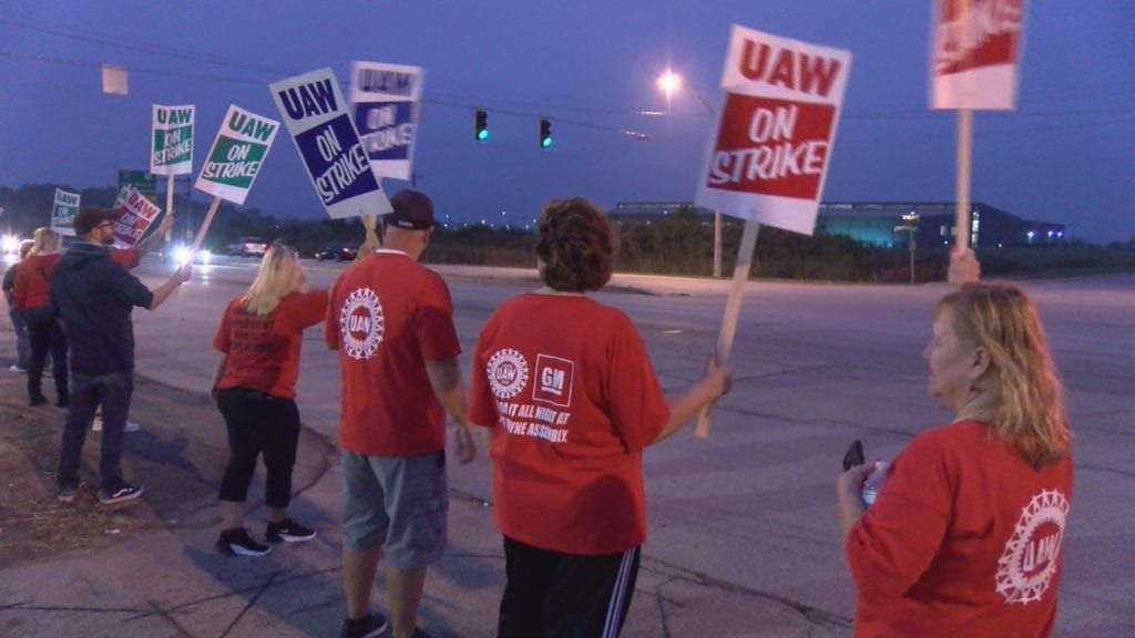 Gm Workers In Fort Wayne Keep Eye On The Prize Of A New Contract
