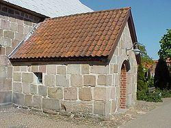 Et våbenhus er et lille forhus. Dens funktion har været til at yde ly for personer, der af forsklige årsager ikke måtte gå ind i kirken.
