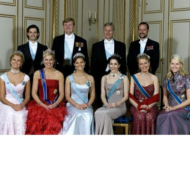 An old Photo of the Crownprinces and Crownprincess's and the Silblings Prince Carl Philip and Princess Madeleine of Sweden.  With out Felipe and Letizia of Spain  Where is Crownprince Frederik of Denmark ?  Madeleine wore the Same dress by the Wedding of Crownprince Frederik and Mary Donalson in May 2004