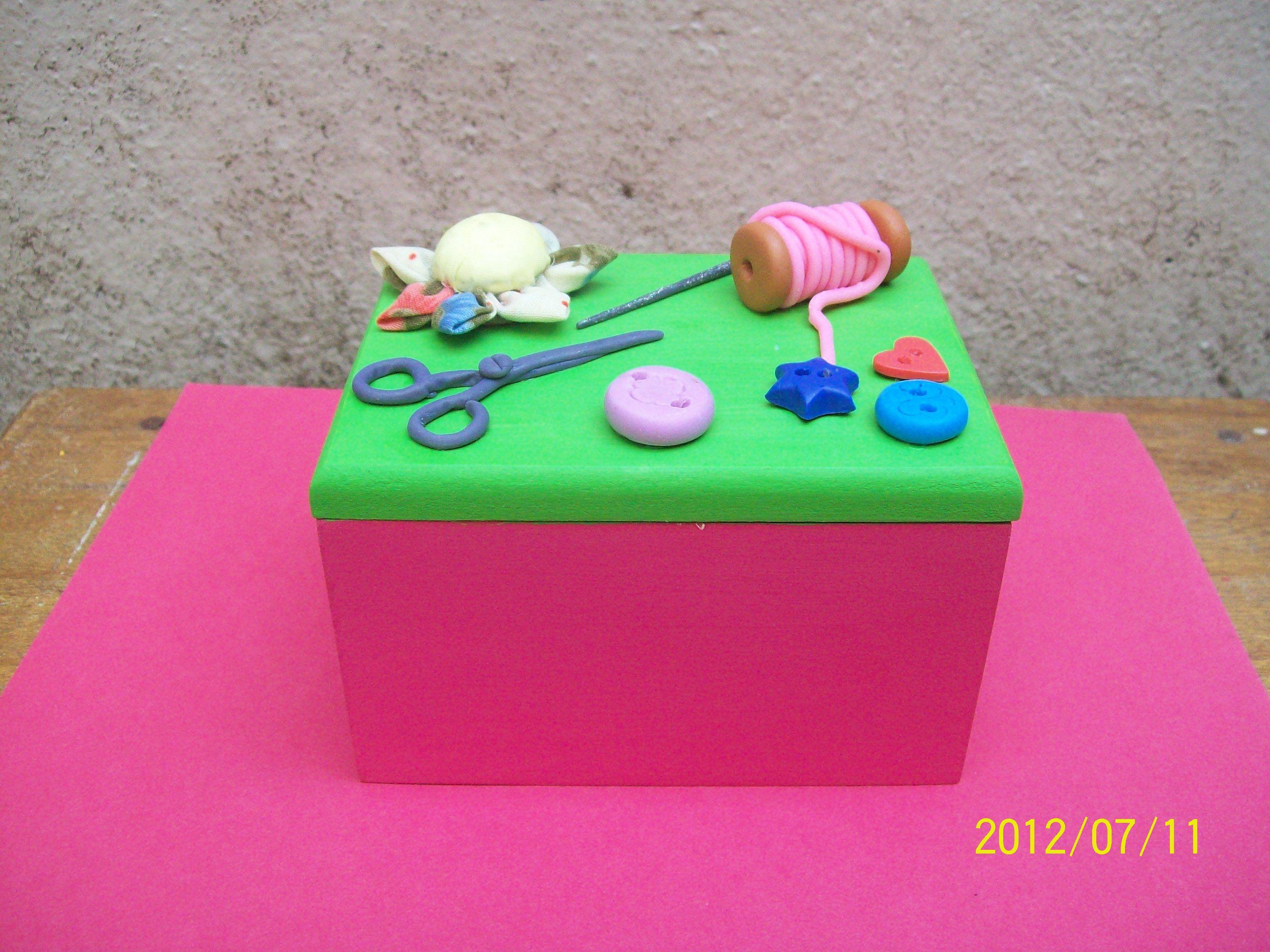 Costurero de madera adornada con objetos hechos en for Objetos hechos con marmol